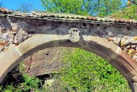 Inscription sur la clef de voûte d'une porte cochère à Soultz-Haut-Rhin © French Moments