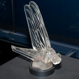 Bouchon de radiateur - Libellule par René Lalique 1928 Toyota Automobile Museum © Morio - licence [CC BY-SA 3.0] from Wikimedia Commons