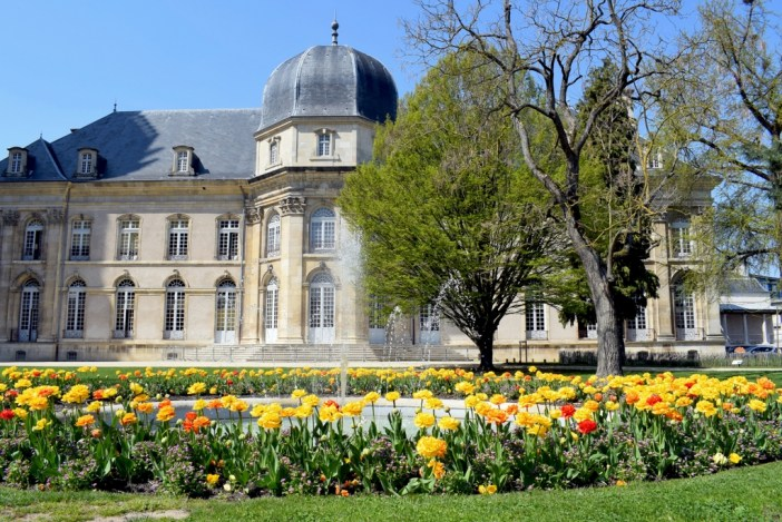 Les jardins de l'Hôtel de Ville de Toul au printemps © French Moments
