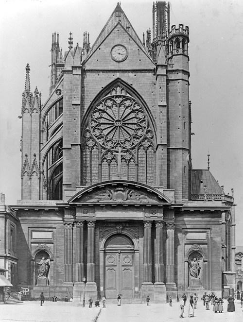 La façade occidentale et le portail classique de Blondel en 1877