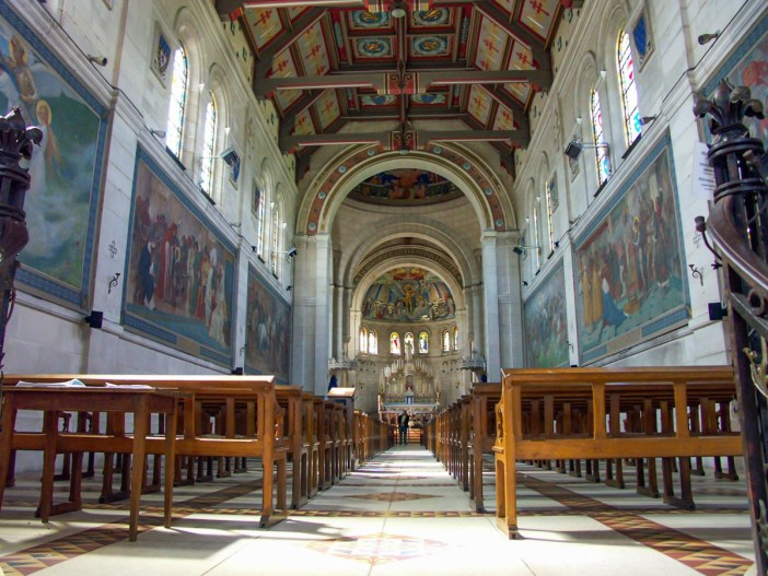 La nef de la Basilique du Bois Chenu © Juergen Kappenberg - licence [CC BY-SA 2.5] from Wikimedia Commons