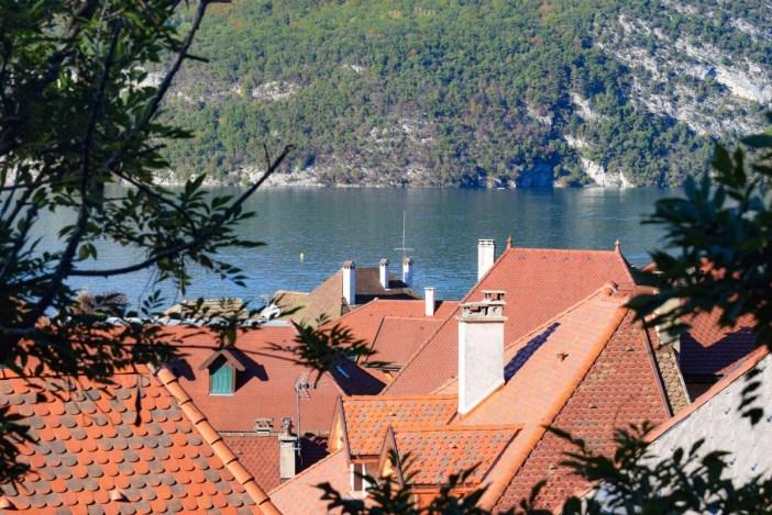 Autour du Lac d'Annecy - Les toits de Duingt © French Moments