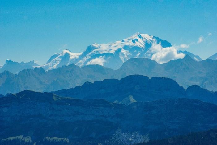 Le mont Blanc qui émerge au-dessus de la chaîne des Aravis (vue du Parmelan) © French Moments