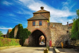 Porte fortifiée à Dambach-la-Ville © French Moments