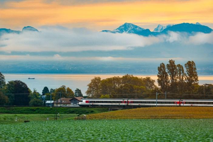 Train au bord du Léman en Suisse © French Moments