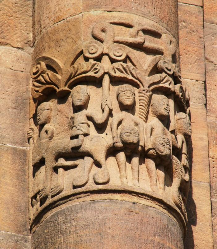 Cathédrale de Spire - Sculptures romanes sur une colonne © Gerd Eichmann - licence [CC BY-SA 4.0] from Wikimedia Commons