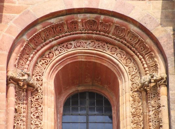 Cathédrale de Spire - Frise entourant une baie cintrée du transept © Gerd Eichmann - licence [CC BY-SA 4.0] from Wikimedia Commons