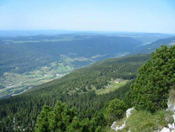 La vue du Crêt de la Neige sur la vallée de la Valserine © Tom Corser - licence [CC BY-SA 3.0] from Wikimedia Commons