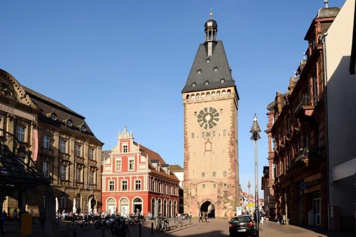 Altpörtel de Spire vue de la Postplatz © BlueBreezeWiki - licence [CC BY-SA 3.0] from Wikimedia Commons