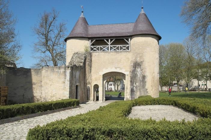 Autour de Nancy - La porte fortifiée du château de Vic-sur-Seille © GFreihalter - licence [CC BY-SA 3.0] from Wikimedia Commons