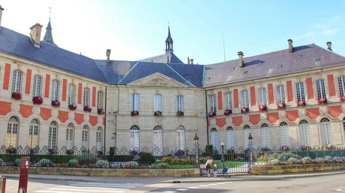 Façade en forme d'éventail de l'ancien palais abbatial © Christophe.Finot - licence [CC BY-SA 3.0] from Wikimedia Commons