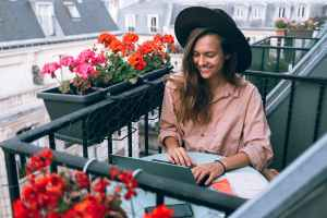 Balcon fleuri sur Paris