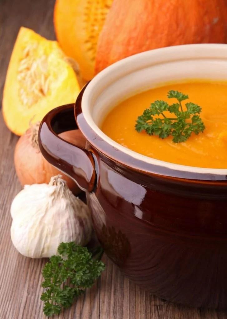 Cuisiner des légumes d'automne, potiron, ail, oignon et persil