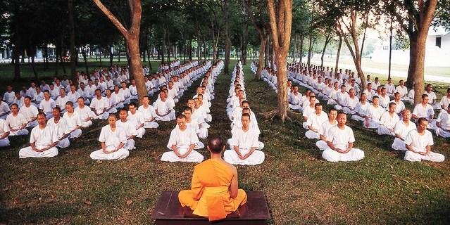 Séance de méditation avant de passer à table