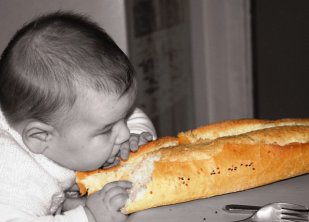 Bébé mange du pain