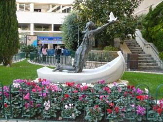 Monaco, Chiesa di Santa Devota: la scultura di Cyril de La Patellière che raffigura la santa su una barca con una colomba fra le mani