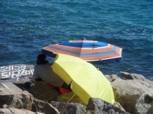 Situazione migratoria a Ventimiglia: Alcuni migranti accampati sugli scogli nei pressi del valico di frontiera con la Francia di Ponte San Ludovico, prima dello sgombero del 2015. Ft.©arvalens