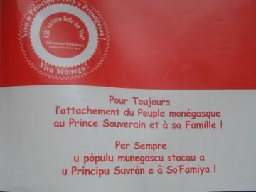 bamdiera con scritta in francese e monegasco