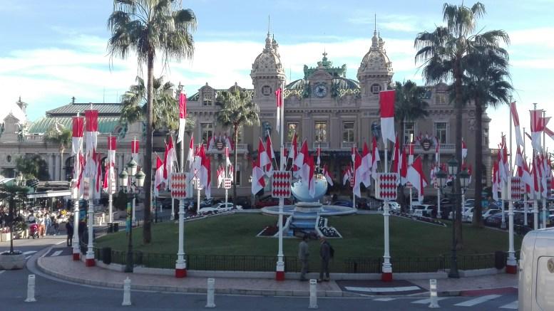 Monaco: la piazza del Casinò con le bandiere monegasche in occasione della Festa Nazionale