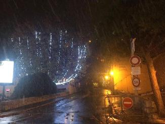 Nelle immagini la neve ieri sera su Èze. Maltempo e raffiche di vento preannunciate per l'intera giornata di oggi, sabato 2 dicembre 2017