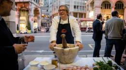 Settimana del Pesto in Liguria: il pesto genovese realizzato con pestello e mortaio da Roberto Panizza, maestro del pesto tradizionale, FT.©Carlo Alberto Alessi