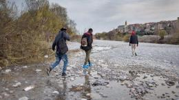 Alcuni migranti sul greto del fiume Roya di Ventimiglia nel reportage Di Speranze e Confini di Dario Bosio