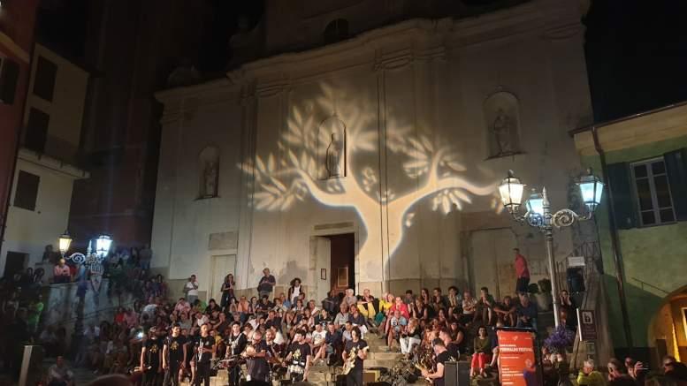 Perinaldo Festival: Musica Su e Giù per il Borgo Medioevale che Piace anche ai Turisti Stranieri