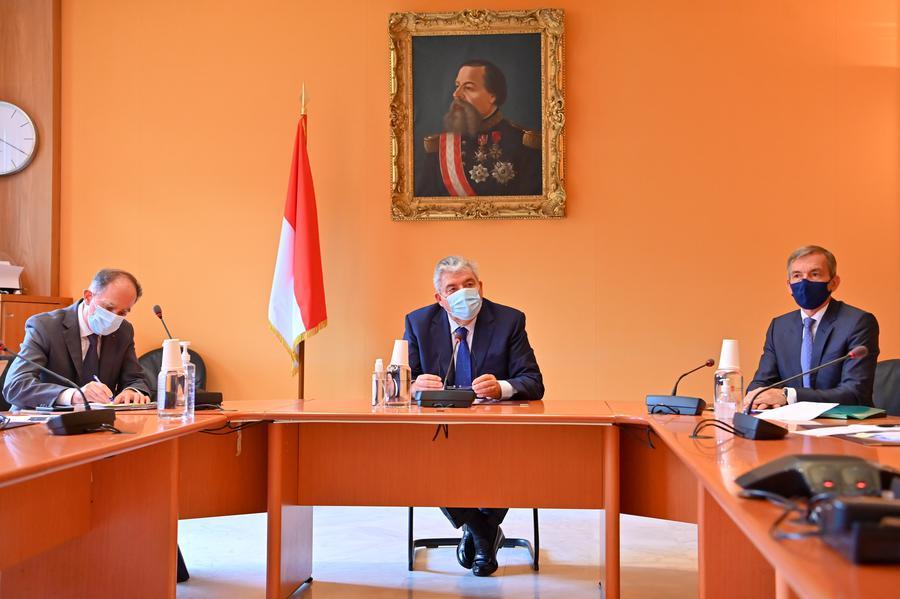 Il Ministro di Stato Pierre Dartout (al centro) durante una Recente Conferenza stampa Sul rilancio economico nel Principato di Monaco a seguito della crisi sanitaria del Covid-19; Ft©Dir.Comm.