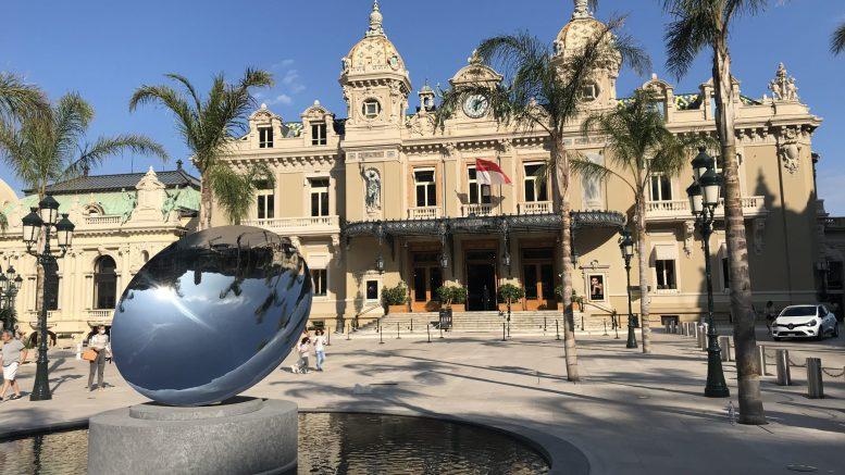 Le Monete nelle Fontane della Piazza del Casinòdi Monte Carlo Destinate all'Associazione per Combattere l'Aids di Stéphanie di Monaco