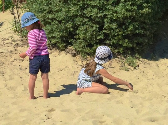 Little girls playing in the sand @CelinaLafuenteDeLavotha