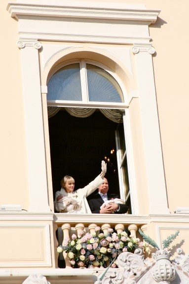 Princess Charlene waving to the Monegasques with Prince Albert, both holding their twins @CelinaLafuenteDeLavotha
