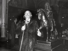 Salvador Dali touching the famous bronze of Louis XIV in the lobby of the Hotel de Paris @Robert Oggero / Archives Society des Bains de Mer