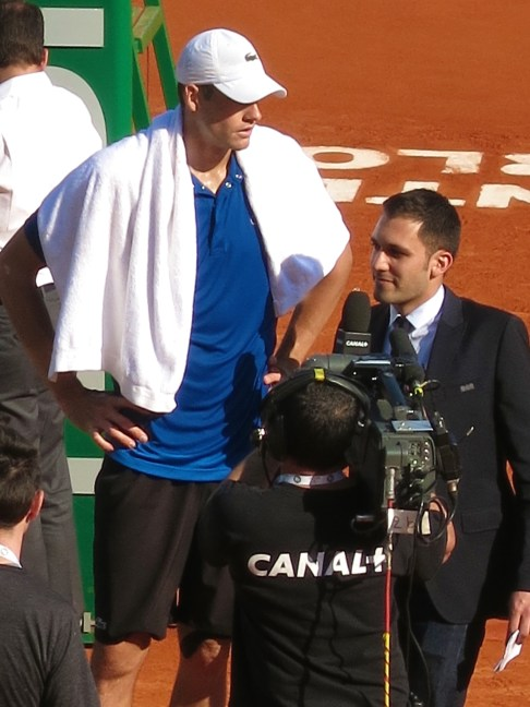 Journalist from Canal+ is dwarfed by Isner's imposing height @CelinaLafuenteDeLavotha