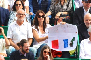 A young Monfils fan behind her custom made message @CelinaLafuenteDeLavotha