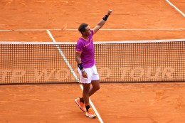 Rafael Nadal saluting the fans after conquering this 10th crown in Monte-Carlo Rolex Masters 2017 @CelinaLafuentedeLavotha