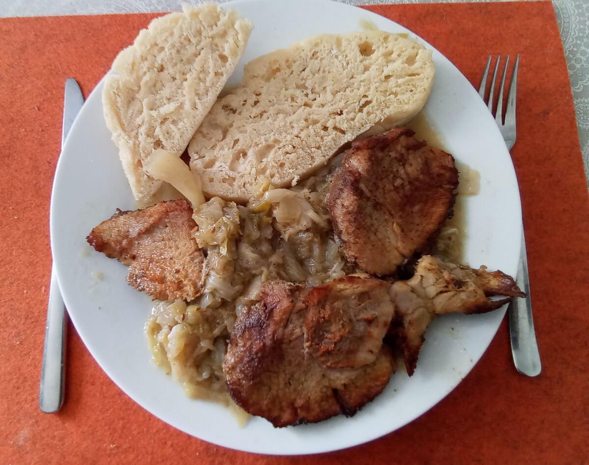Pečené bravčové mäso s knedľou a kapustou