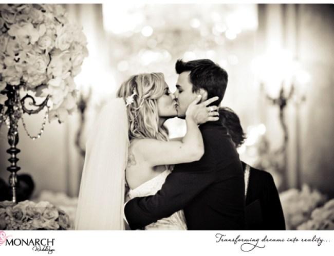 Ceremony-kiss-french-vintage-wedding