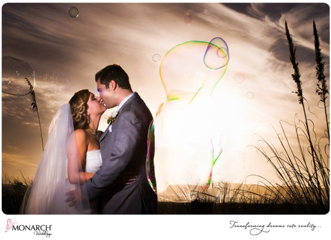 bride-and-groom-kissing-with-bubble-corondao