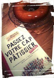 Couverture du livre passez votre cap pâtissier de Michel et Augustin livre de patisseries monblabladefille.com