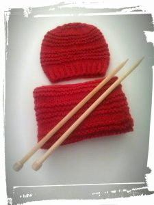 Bonnet et snood en laine couleur rouge point de godron monblabladefille.com