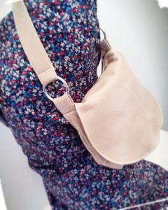 Résultat final de réalisation sac besace en cuir porté épaule patron hand made cousu main monblabladefille.com