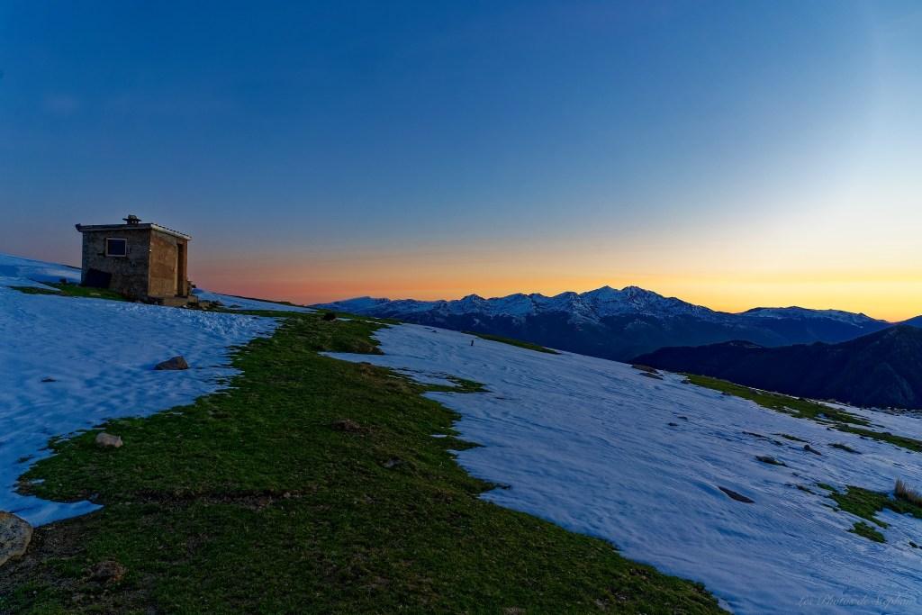 La cabane de Courtal Marty et le massif de Tabe au lever du jour
