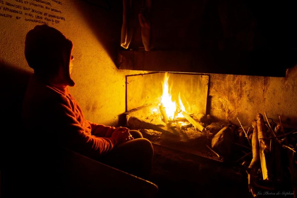 Le feu traditionnel dans la cabane des Ludines, quand le bois est présent en quantité