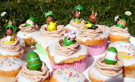 Ester Cupcakes avec des lapins, des poussins dans un nid