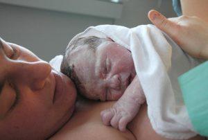 trop souvent dans les maternités et hôpitaux, Quand accouchement rime avec violence, cet article en fait la description