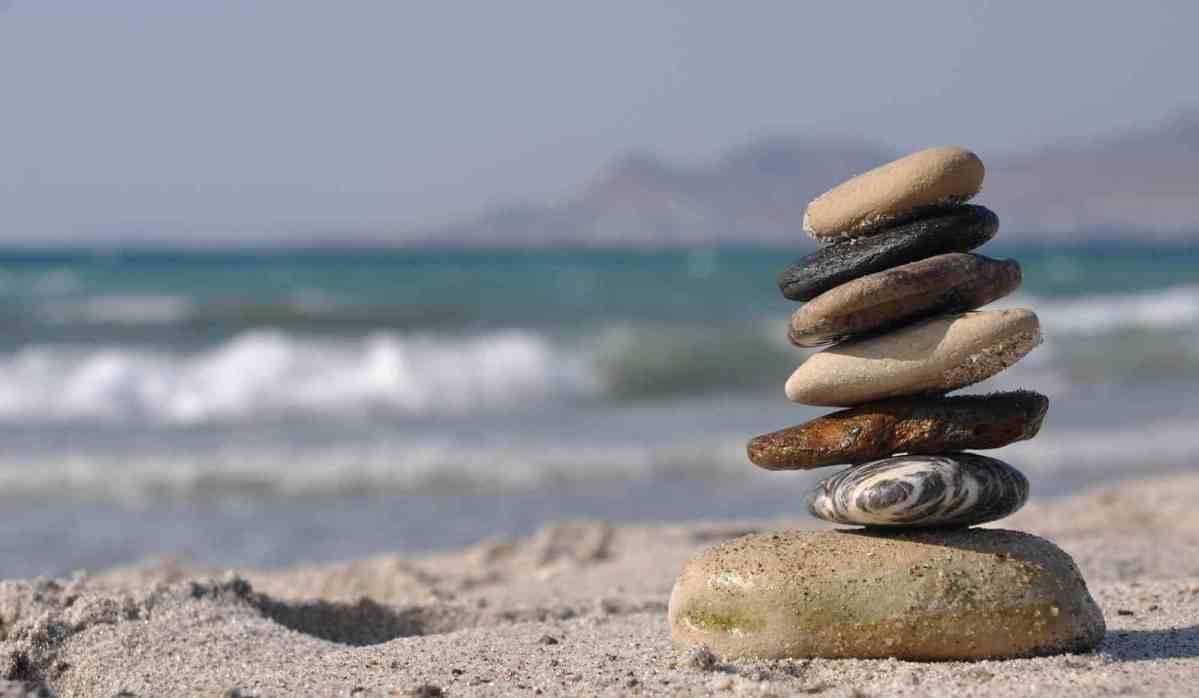 Une vue d'un carré de sable au bord de la mer, jamais trop tard pour profiter de la joie de se trouver dans un endroit paradisiaque