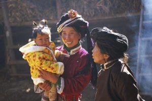 3 générations de femmes Moso, Les Moso, ou Mosuo, forment un sous groupe des Naxis [Na-hsi]. Appelés ainsi par le gouvernement chinois, et se nommant eux même Na, c'est l'une des plus petites minorités ethniques de Chine.