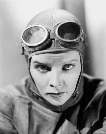 Katharine Hepburn dans La Phalène d'argent où elle campe une aviatrice prête à tout.