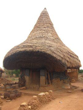 Photo de la case à fétiches de Niofoin, village au nord de Korhogo en Côte d'Ivoire
