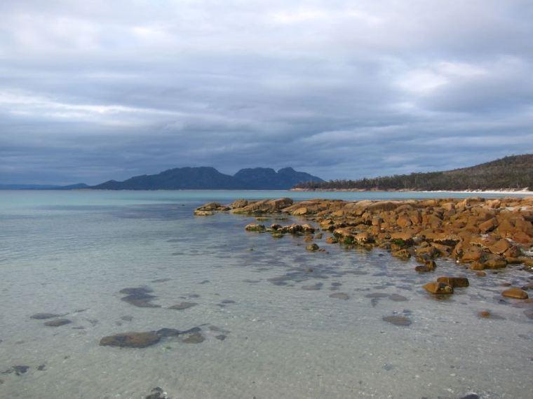 Plage en fin de journée à Freycinet en Tasmanie